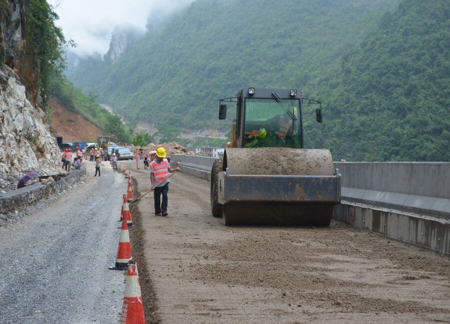 河池至百色高速公路凤山连接线率先开展级配碎石垫层